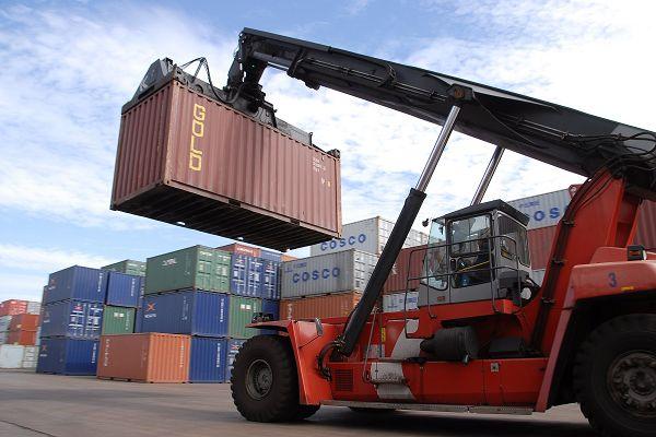 港口集装箱作业繁忙