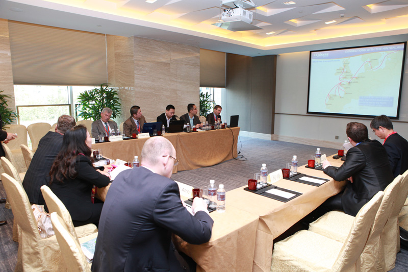 Attendee VIPs Exchanging Ideas about Win-Win Cooperation between Ports