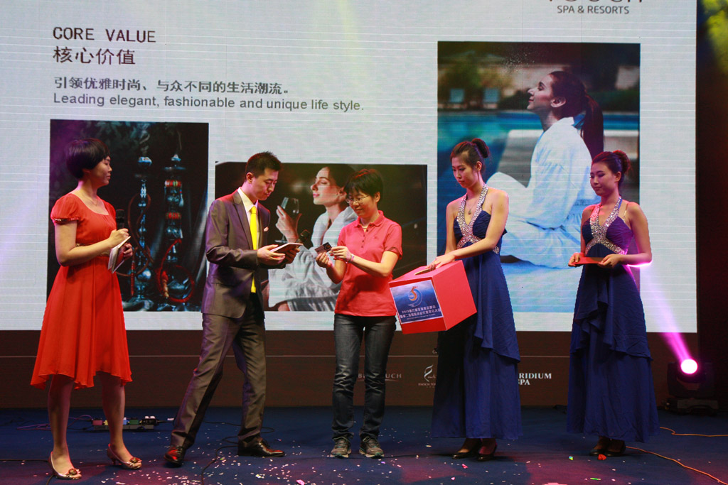 Ms.Su Min Vice President of China Shipping (Group) Company Drew A Lottery For the Guests