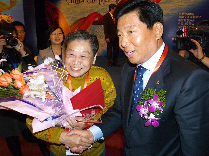获奖老人王亚夫与魏家福共享幸福时刻