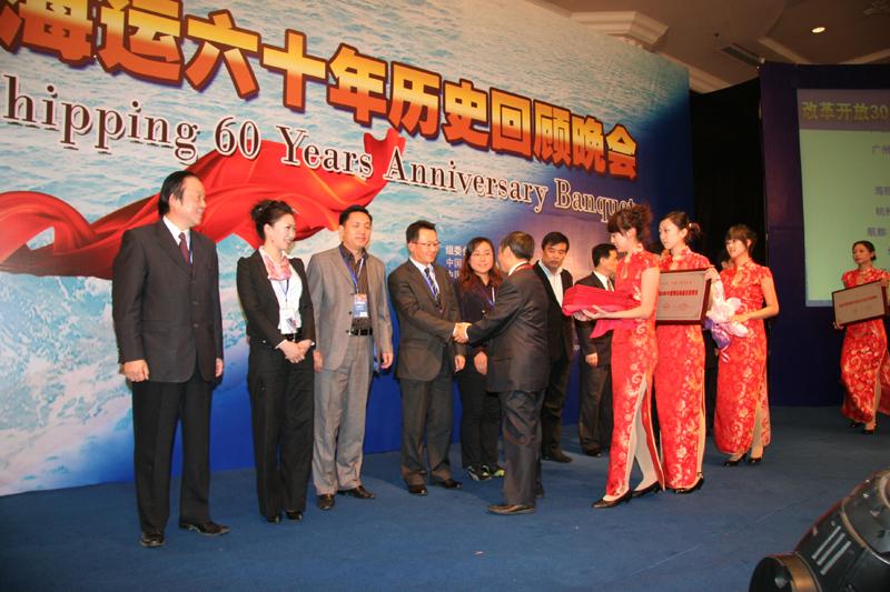 颁奖嘉宾与获奖代表亲切握手