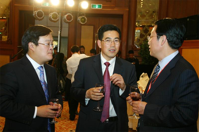 中国国际海运网总裁康树春与戴玉林副市长亲切交谈