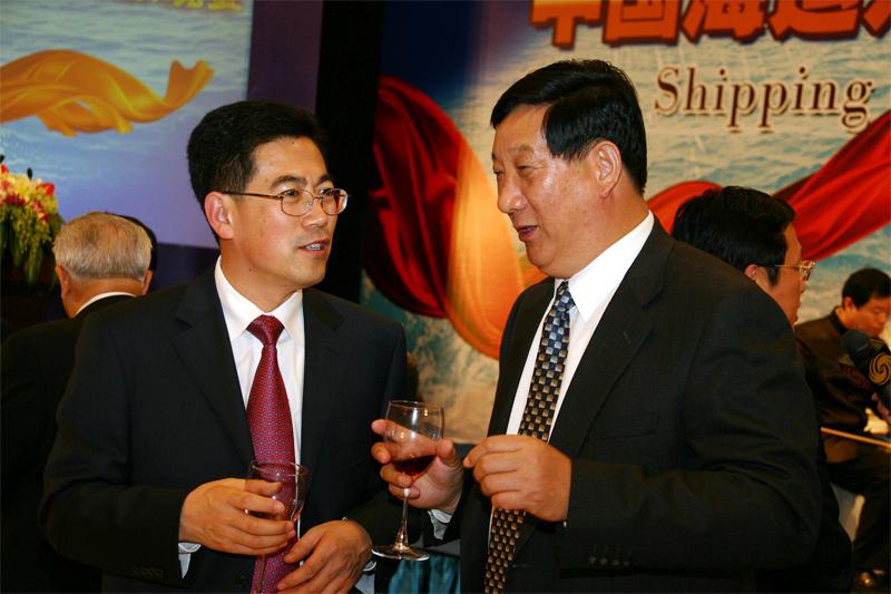 中国国际海运网总裁康树春与叶剑会长在晚宴现场亲切交谈