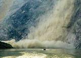 冲锋舟运送物资途中遭遇山体塌方