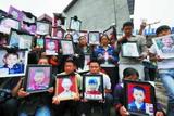 家长们集体祭奠遇难的127个孩子