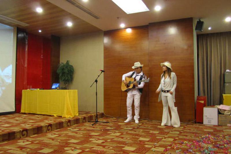 联谊会邀请了菲律宾歌手现场演唱