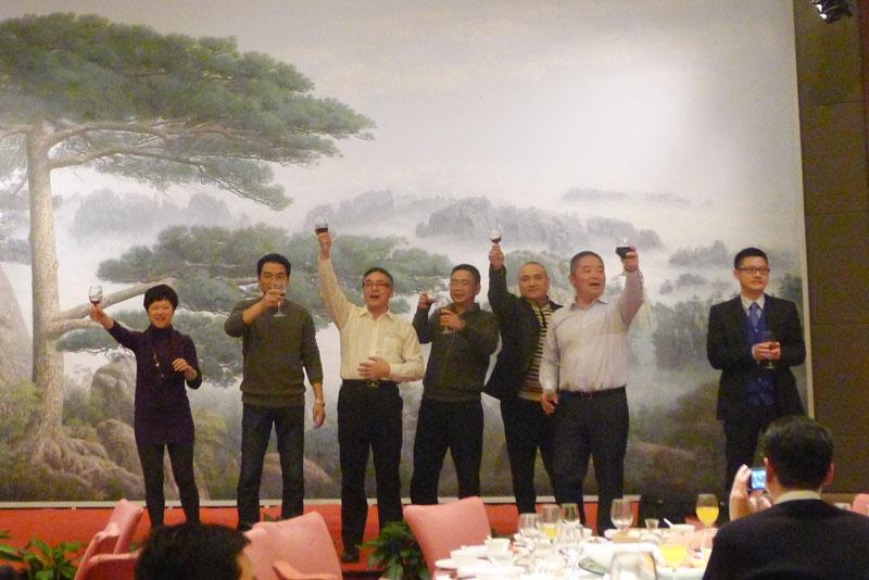 WIFFA主席何朱安带领宁波口岸首席成员向全国成员敬酒