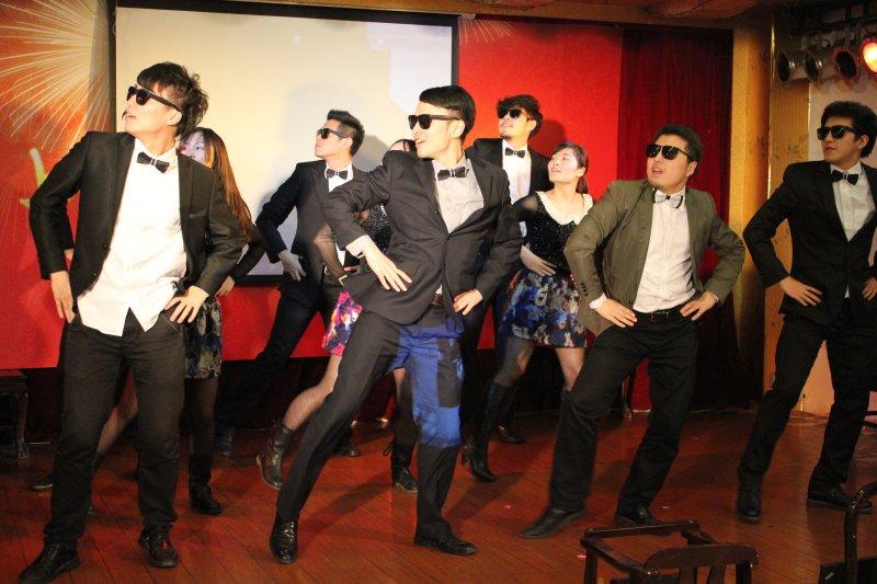上海美设员工表演《江南style》
