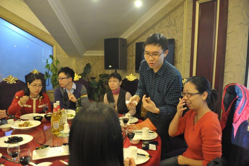 各企业业务人员在晚宴上交流沟通