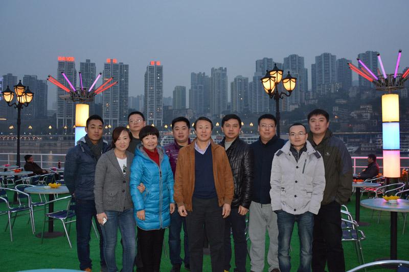 旭东国际物流有限公司 合作公司重庆长江轮船公司 游轮 朝天门号 的观景平台上面拍合影