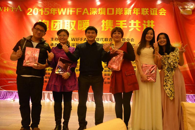 节目表演单位代表领取奖品
